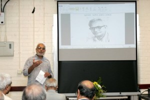 Vipool Kalyani prefacing poet Prahlad Parekh for the speaker Anil Vyas.